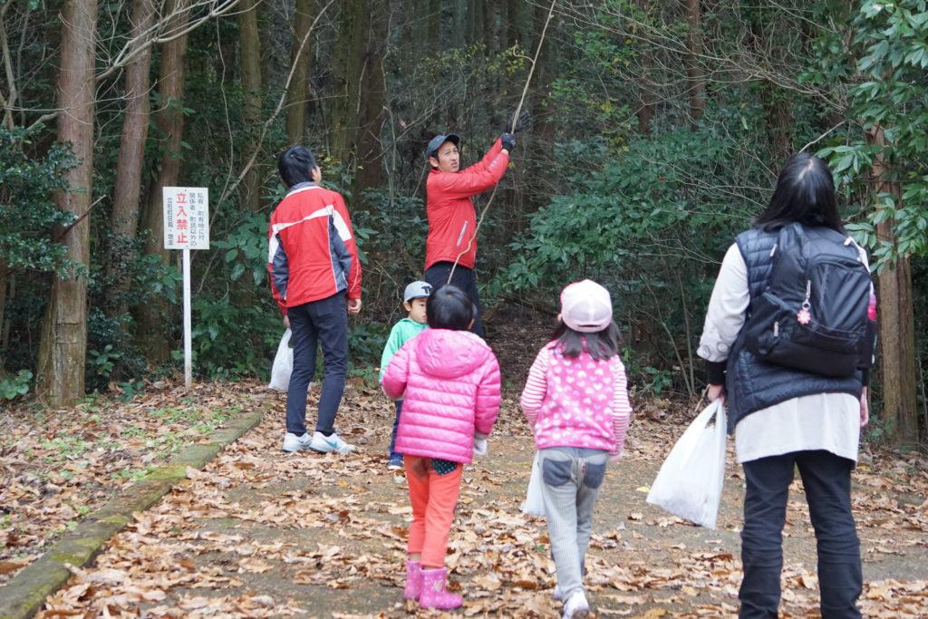 森に歩いていく親子